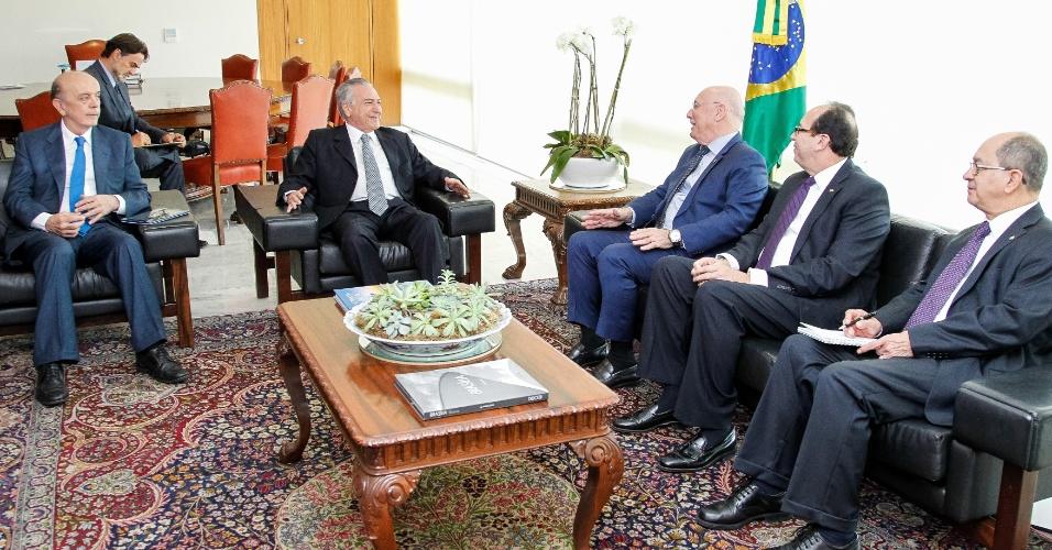 8.jun.2016 - O presidente interino, Michel Temer (PMDB), e o ministro das Relações Exteriores, José Serra, recebem o chanceler do Paraguai, Eladio Loizaga, no gabinete presidencial no Palácio do Planalto, em Brasília