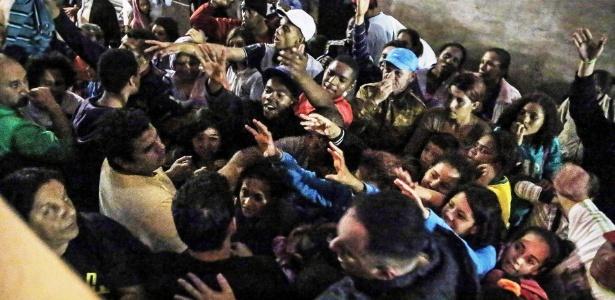 Moradores de rua recebem doação de sopa e roupas para conter o frio, nas imediações Pátio do Colégio, no centro de São Paulo