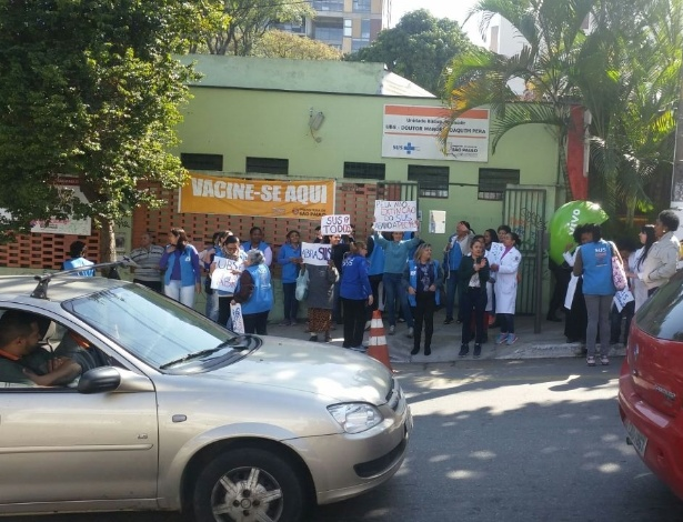 24.jun.2016 - Protesto na frente da UBS (Unidade Básica de Saúde) na Vila Madalena, em São Paulo, tem como alvo propostas que modificam o SUS (Sistema Único de Saúde)