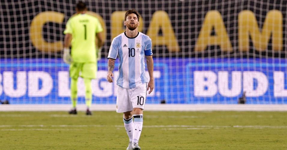 27.jun.2016 - O atacante argentino Messi errou sua cobrança na disputa de pênaltis após o empate sem gols com o Chile na final da Copa América. Com isso, o time andino chegou a 4 x 2 e conquistou o bicampeonato na competição, que este ano foi disputada nos EUA. Depois do jogo, Messi disse que não deve mais jogar pela seleção da Argentina