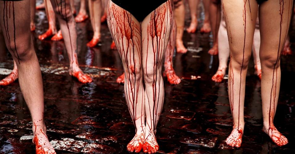 5.jul.2016 - Ativistas dos direitos dos animais derramam tinta vermelha representando sague durante protesto pela proibição de touradas e corridas de touros antes do início da famosa corrida do Festival de São Firmino, em Pamplona, no norte da Espanha