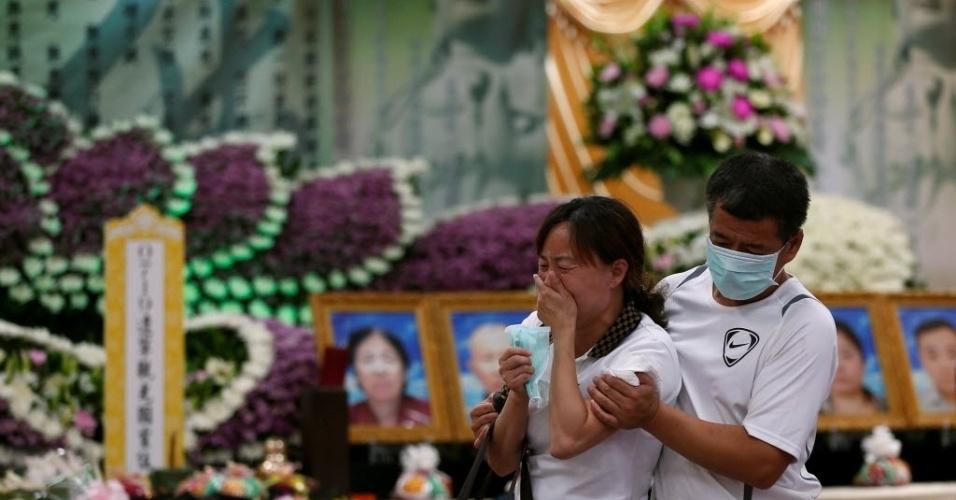 21.jul.2016 - Mulher chora durante funeral das 26 pessoas que morreram em um acidente com um ônibus de turismo em Taipé, em Taiwan. O veículo pegou fogo depois de bater contra uma barreira de segurança