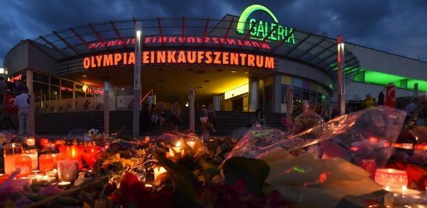 Flores e velas lembram vítimas do atentado no shopping Olympia, em Munique