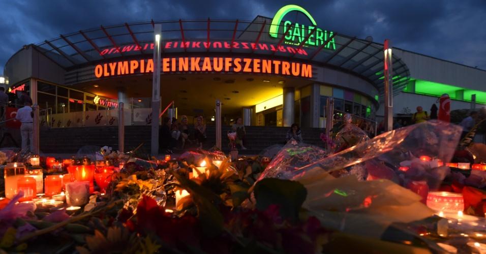 24.jul.2016 - Flores e velas são colocadas em memorial para as vítimas do atentado no shopping Olympia, em Munique (Alemanha). Um atirador com nacionalidade alemã e iraniana, de 18 anos, matou nove pessoas e deixou dezenas de feridos. Ele se matou em seguida