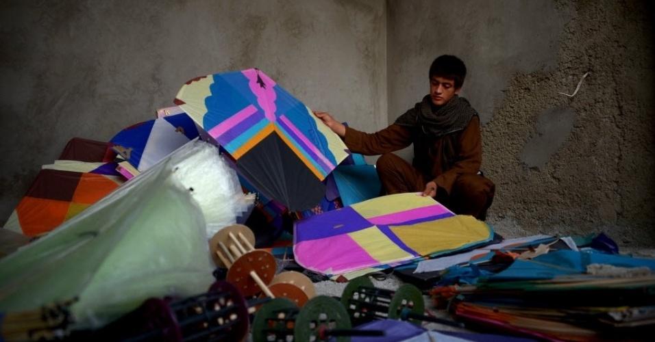 30.jul.2016 - Vendedor de pipas, de 15 anos, arruma seus produtos para vendê-los em uma loja na cidade de Mazar-i-Sharif, no Afeganistão