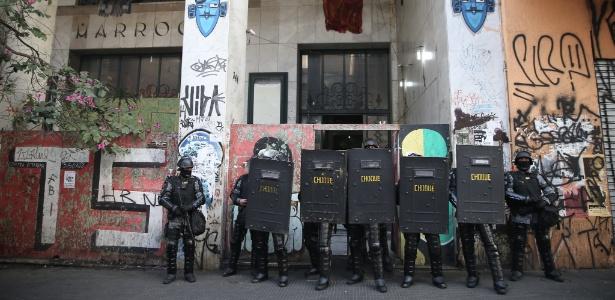 Policiais entram no prédio do Cine Marrocos ocupado, no centro de São Paulo
