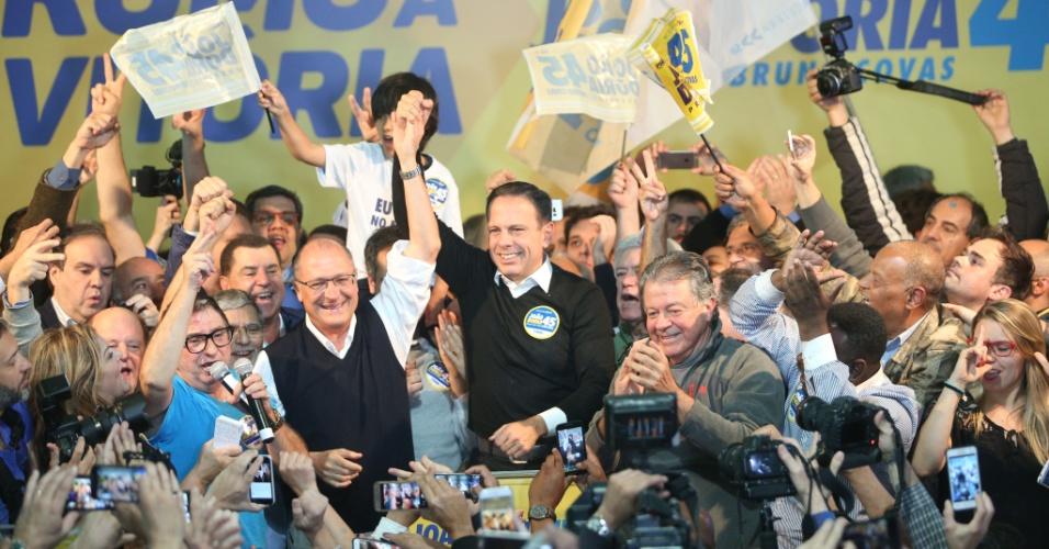 2.out.2016 - O candidato do PSDB à Prefeitura de São Paulo, João Doria, comemora a vitória no primeiro turno das eleições ao lado do governador Geraldo Alckmin (PSDB), no Diretório Estadual partido na Avenida Indianópolis, em Moema, na zona sul da cidade