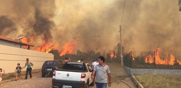 Fogo de queimadas ameaça condomínio de casas em Teresina, no Piauí