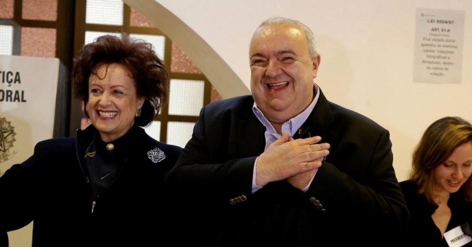 Greca vota ao lado da mulher Margarita Sansone, na capital