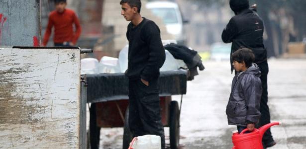 Jovens buscam água em Aleppo, Síria - Abdalrhman Ismail/ Reuters