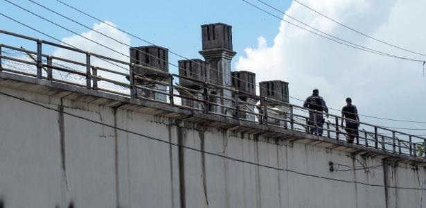8.jan.2017 - Policiais militares fazem ronda sobre os muros da cadeia pública Raimundo Vidal Pessoa, no centro de Manaus, para onde foram transferidos detentos do Compaj depois do massacre que deixou 56 mortos em 1º e 2 de janeiro