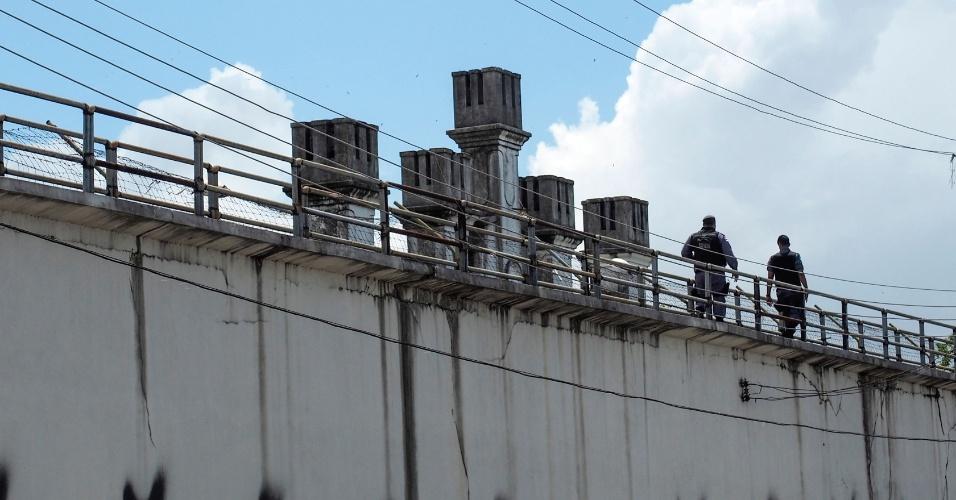 8.jan.2017 - Policiais militares fazem ronda sobre os mudos da Cadeia Pública Raimundo Vidal Pessoa no centro de Manaus, para onde foram transferidos detentos do Compaj depois do massacre que deixou 56 mortos em 1º e 2 de janeiro