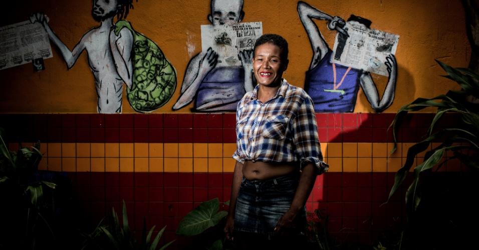 """17.jan.2017 - Andreza dos Santos Augusto, 31: disse que não mora na Cracolândia, mas em Embu-Guaçu (SP) com a família. Vai para a região no centro de São Paulo quando quer fumar crack, """"para não fumar lá"""" perto dos três filhos, que moram com a mãe dela. """"Estou me sentido bonita. Já para dar uns beijos nos 'novinhos'"""", brincou"""