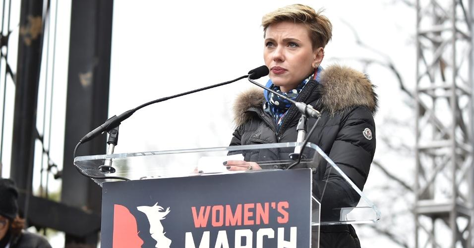 21.jan.2017 - Scarlett Johansson foi uma das personalidades que discursou contra Donald Trump na Marcha das Mulheres, em Washington