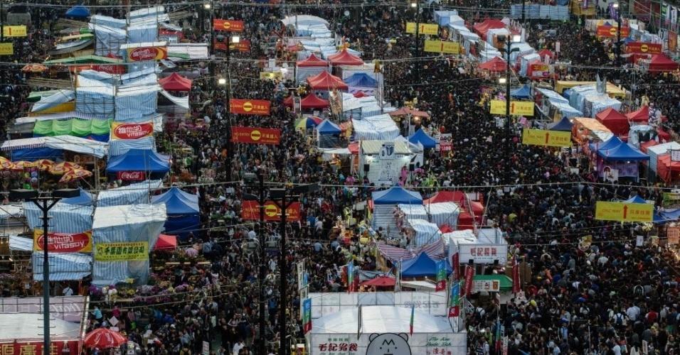27.jan.2017 - Multidão visita o mercado de flores Victoria Park, em Hong Kong, na sexta-feira, véspera do Ano Novo Chinês