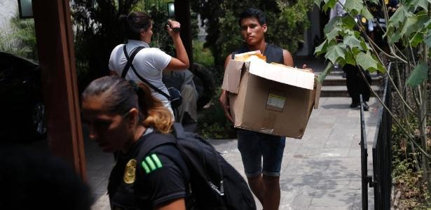 Procuradores e agentes da Polícia Nacional do Peru cumprem mandado de busca e apreensão na casa do ex-presidente peruano Alejandro Toledo
