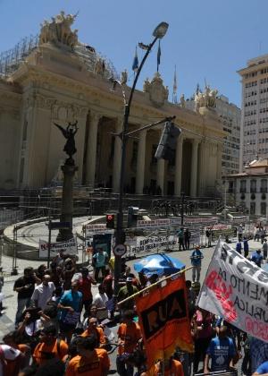 9.fev.2017 - Servidores protestam em frente à Alerj contra a venda da Cedae desde o início do mês - Gabriel de Paiva / Agência O Globo