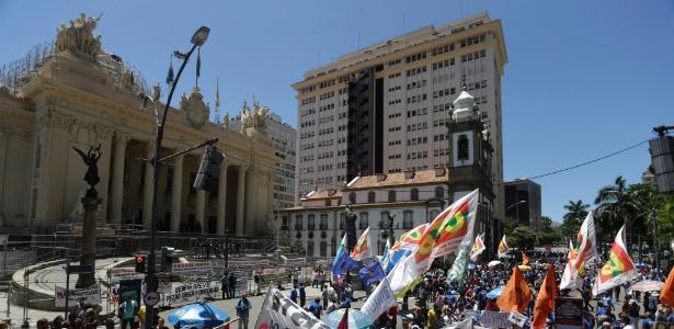 Servidores protestam em frente à Alerj contra a venda da Cedae e também contra o governador Luiz Fernando Pezão