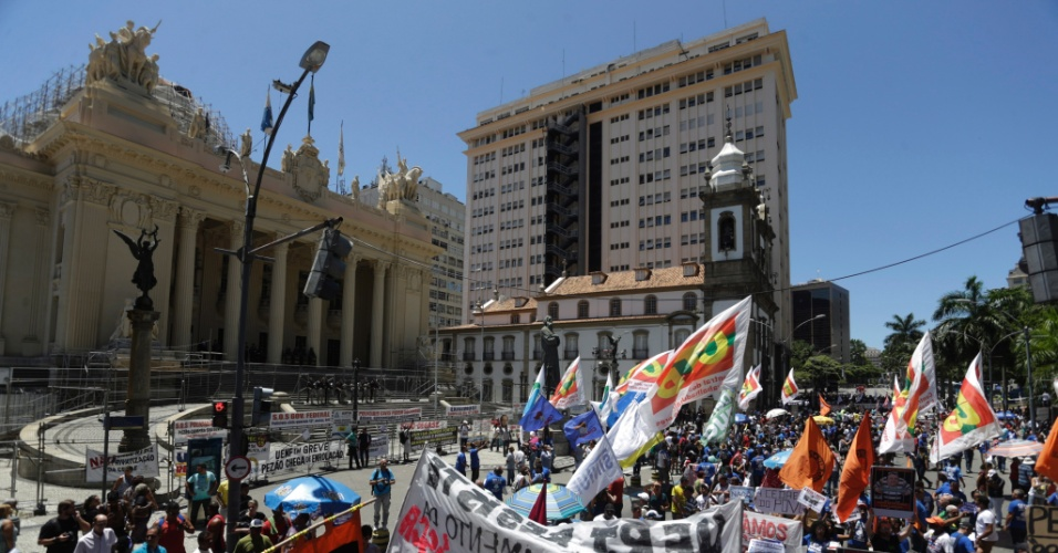 9.fev.2017 - Servidores do Rio de Janeiro começam o protesto em frente da Alerj contra a venda da Cedae e também contra o governador Luiz Fernando Pezão