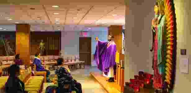 O reverendo John Brobbey na capela São José, do lado oposto a onde ficavam as Torres Gêmeas, em Nova York - Chang W. Lee/The New York Times