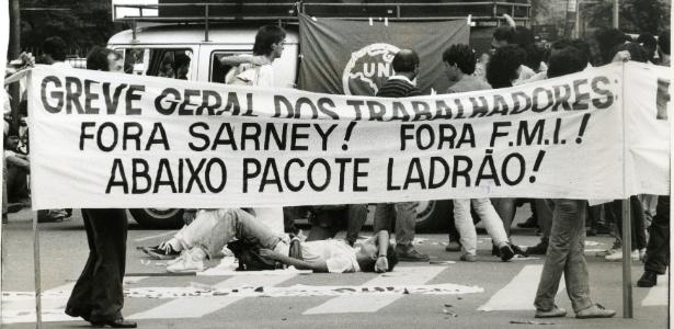 Trabalhadores e estudantes da USP (Universidade de São Paulo) bloqueiam o trânsito na rua Teodoro Sampaio, em São Paulo durante greve geral, no dia 14 de março de 1989