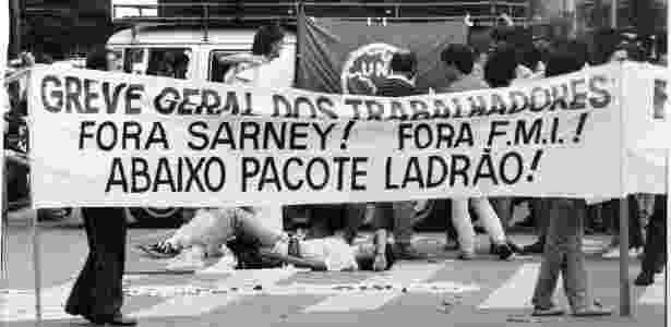 Trabalhadores e estudantes da USP (Universidade de São Paulo) bloqueiam o trânsito na rua Teodoro Sampaio, em São Paulo durante greve geral, no dia 14 de março de 1989 - Homero Sérgio/Folhapress
