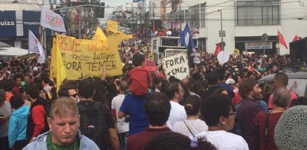 Manifestantes fecham via principal de São Carlos (SP) em protesto contra reformas - Fernanda Castelano Rodrigues