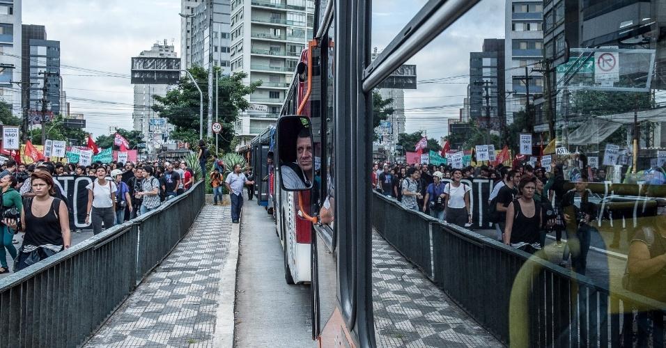 Estudantes contrários ao reajuste das tarifas de transporte reuniram-se na avenida Paulista, na região central de São Paulo, em janeiro de 2017