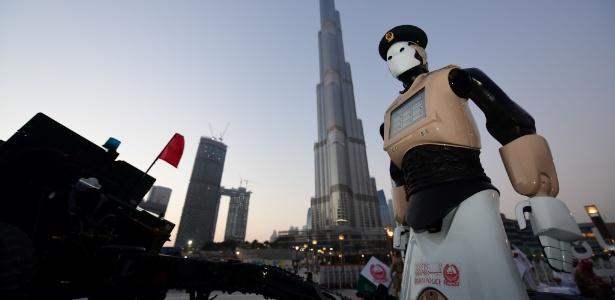 Robô policial é apresentado em Dubai
