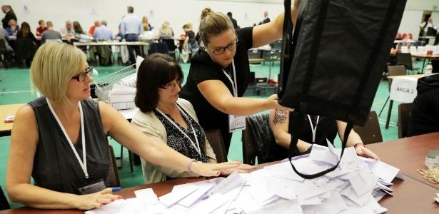 Votos são contados em Hastings, na Inglaterra