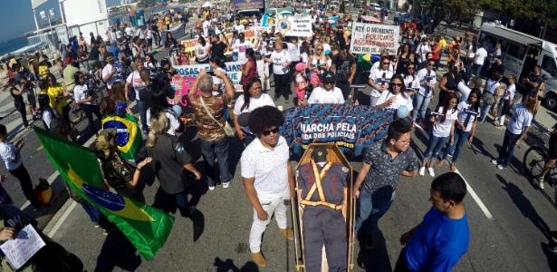 Manifestantes protestam contra morte de policiais na manhã deste domingo