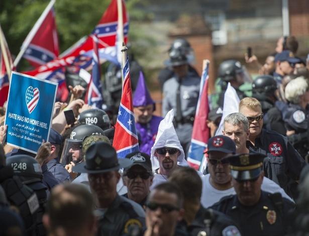 Integrantes do Ku Klux Klan chegam para encontro em Charlottesville, na Virgínia, EUA