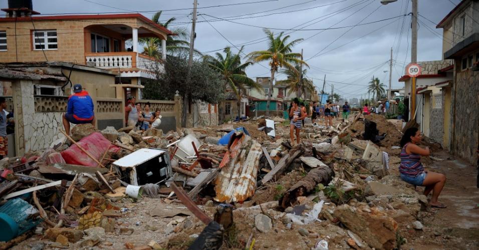 11.set.2017 - Cubanos caminham em meio aos destroços provocados pela passagem do furacão Irma no bairro de Cojimar, em Havana (Cuba)