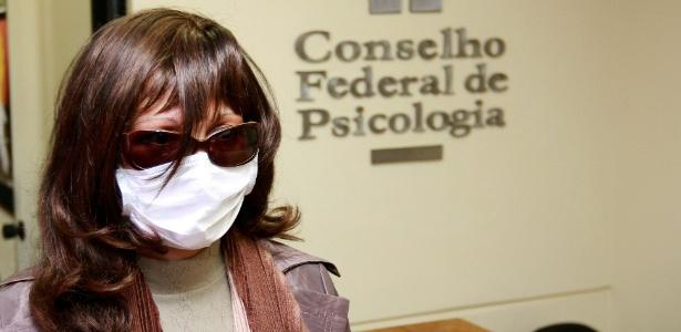 A psicóloga Rozângela Alves Justino usa máscara, peruca e óculos para não ser reconhecida no Conselho Federal de Psicologia