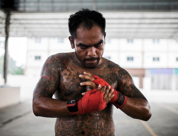 Chalermpol Sawadsuk se prepara para um treinamento na academia, em Pattaya, na Tailândia