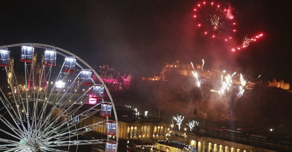 31.dez.2017 - Fogos de artifício iluminam o céu de Edimburgo, na Escócia, antes da 0h do dia 1 de janeiro de 2018: a cidade decidiu manter a comemoração, após ameaças de cancelamento devido ao mau tempo