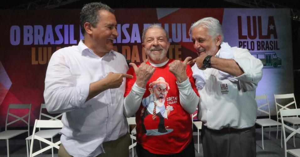 17.ago.2017 - O ex-presidente Luiz Inácio Lula da Silva posa ao lado do atual e do ex-governador da Bahia, Rui Costa e Jaques Wagner, respectivamente, ambos do PT baiano, durante lançamento da terceira fase do Memorial da Democracia na Arena Fonte Nova, em Salvador