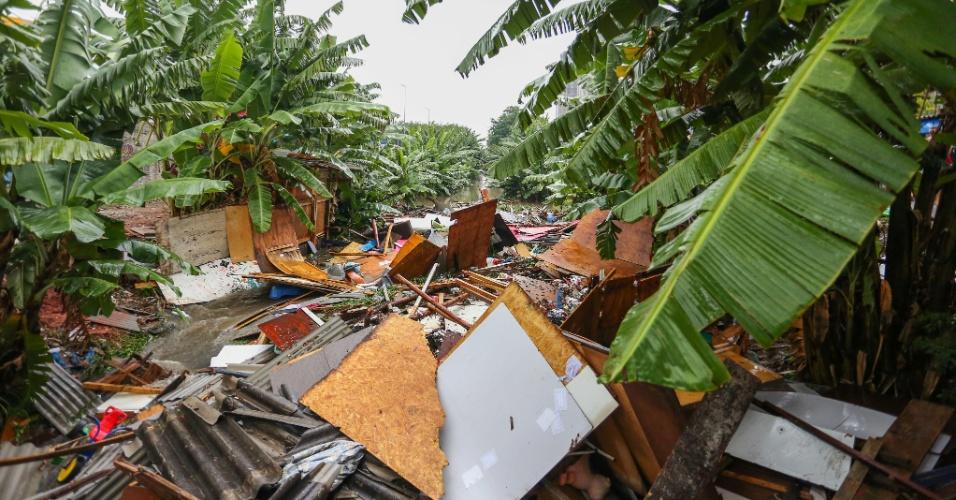 20.mar.2018 - Barraco desaba na favela Água Branca, zona Oeste de São Paulo, após forte chuva