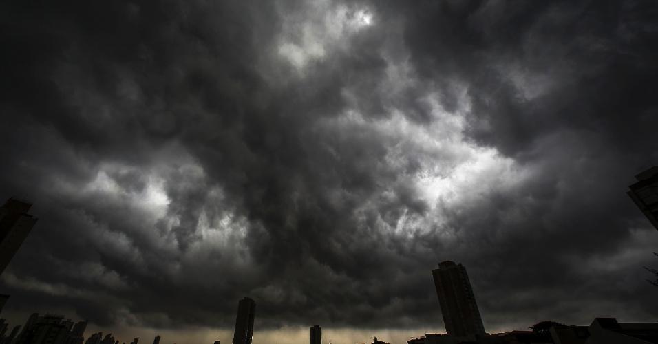 28.mar.2018 - Nuvens carregadas sobre a região do bairro da Mooca, na zona leste da capital paulista, na tarde desta quarta-feira, 28.