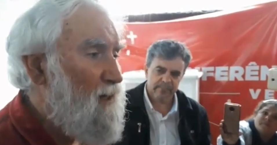 7.mai.2018 - O teólogo Leonardo Boff fala à imprensa após visitar o ex-presidente Lula na prisão em Curitiba