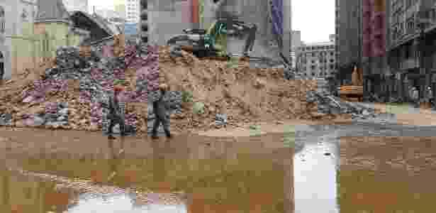 Bombeiros drenam água do segundo subsolo do prédio Wilton Paes de Almeida - Guilherme Azevedo/UOL