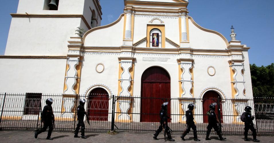 13.jul.18 - Forças especiais do governo cercam estudantes em igreja de Monimbo, em Masaya