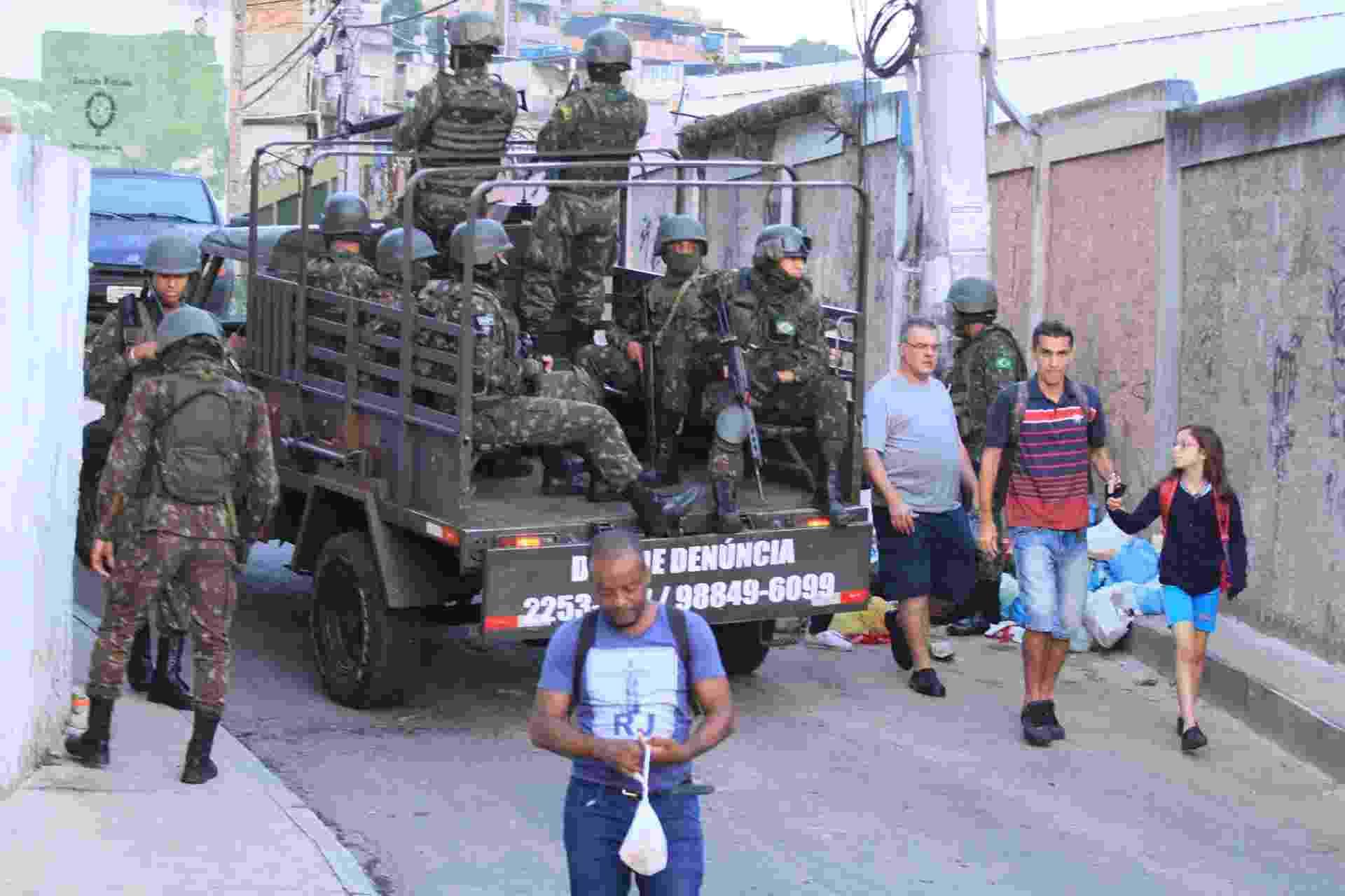 20.ago.2018 - Forças de segurança fazem operação no Complexo do Alemão, no início da manhã - José Lucena/Futura Press/estadão Conteúdo