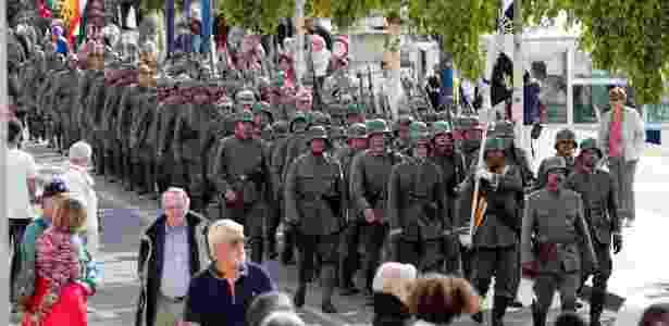 Turistas figurantes participam de desfile em Verdun, na França, em memória à Batalha de Verdun, de 1916, a mais sangrenta da Primeira Guerra Mundial - Charles Platiau/Reuters