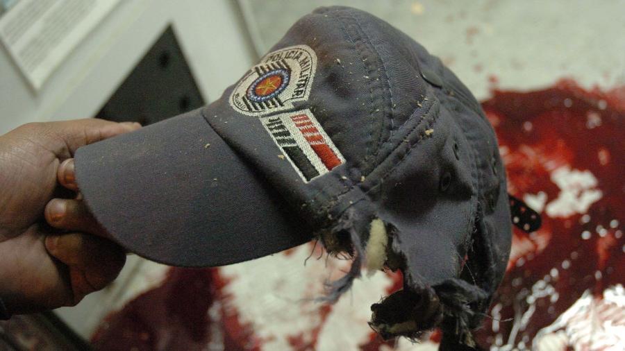 Boné de um PM durante um ataque do PCC a um posto policial na zona leste de SP em maio de 2006 - Nilton Fukuda/Folhapress