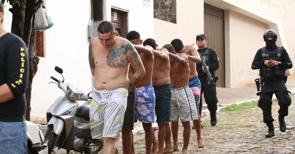 03.set.2018 -- Presos são escoltados em cadeia pública do Itapajé, após confronto que resultou em dez mortes, em 29 de janeiro de 2018
