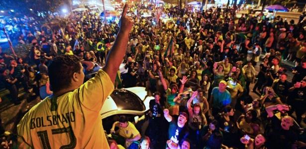 Eleitores comemoraram resultado eleitoral com festa na frente da casa de Bolsonaro