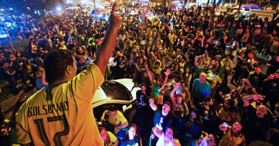 Multidão se concenta em frente à casa de Jair Bolsonaro, localizada no Rio de Janeiro