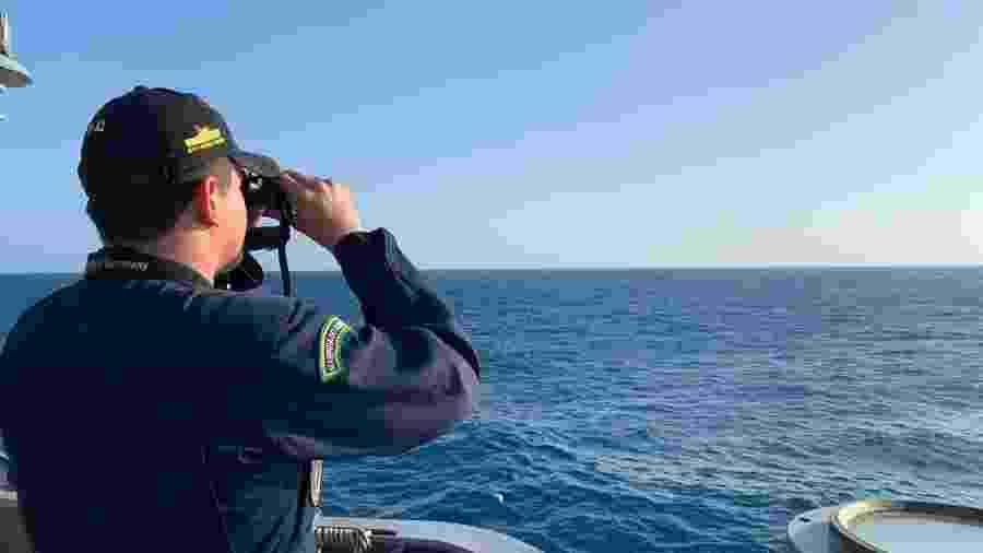 Homens da Marinha buscam a origem do vazamento de óleo que contamina a região Nordeste - Divulgação/Marinha