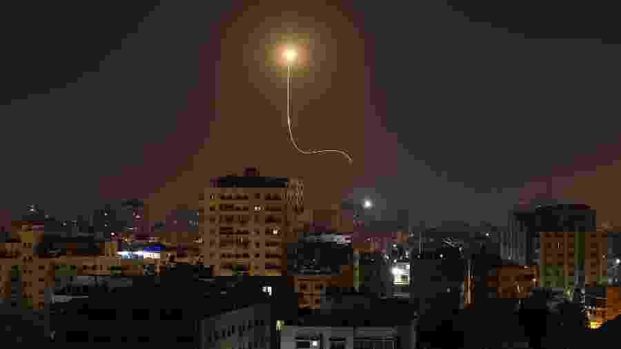 Míssil israelense, que faz parte do sistema de defesa Iron Dome projetado para interceptar e destruir foguetes de curto alcance e projéteis de artilharia, é visto acima da cidade de Gaza em 13 de novembro de 2019 - MAHMUD HAMS / AFP